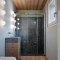 Baño de madera y piedra