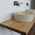 Baño dormitorio principal, lavabo de piedra y encimera de madera maciza