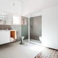 Baño en tonos grises y blancos