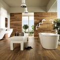 Baño muy luminoso con suelo madera