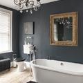 baño negro con bañera