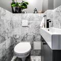baño pequeño con paredes de mármol