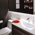 baño renovado con pintura negra y baldosas 3D