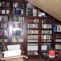 biblioteca cerrada con puertas de madera y cristal