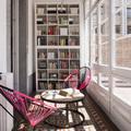 Biblioteca en galería acristalada