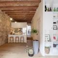 Casa con pared de piedra y techo de madera
