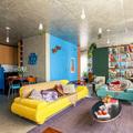 casa con sofá amarillo