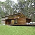 casa de madera con ventanal