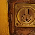 cerradura dorada