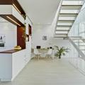 Cocina abierta a salón con escalera