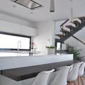 Cocina abierta y escalera