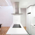 Cocina blanca con elementos metalizados