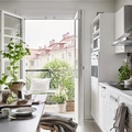 cocina blanca con plantas
