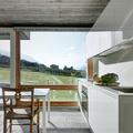 Cocina con amplios ventanales