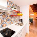 Cocina con azulejo geométrico y de color