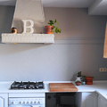 Cocina con azulejos, encimera  y muebles pintados