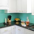 Cocina con azulejos pintados en azul  aguamarina