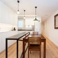 Cocina con barra y mesa comedor