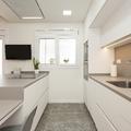 Cocina con mobiliario en paralelo