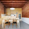 cocina con pared de madera