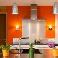 cocina con pared naranja