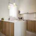 Cocina con península de mármol y madera