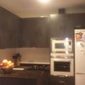 Cocina con puertas envejecidas