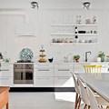 cocina en un frente con estanterías vistas