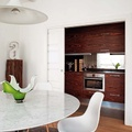 Cocina oculta con muebles en madera oscura