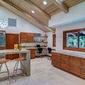 cocina rústico moderna con techa madera