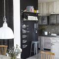 Cocina industrial con pared de pizarra