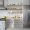 Cocina industrial con electrodomésticos de acero