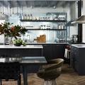 Cocina industrial con vigas de madera