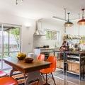 Cocina industrial con sillas naranjas
