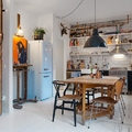 Cocina industrial con suelo de parquet blanco