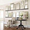 Composición de espejos vintage en el salón