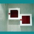 Cubos blancos con cristal rojo y tiradores especiales