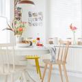 cocina blanca con sillas amarillas