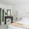 dormitorio en tonos blancos con detalles románticos