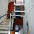 Detalle de escalera acero inox y vidrio