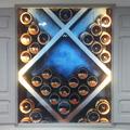 Detalle de ventana con panel retro iluminado.