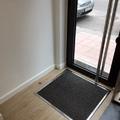 Detalle  puerta y felpudo acceso al Salón