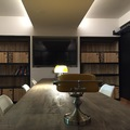 Detalle simetrico del techo y frente pantalla y armarios