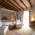 Casa rural con dormitorio en tonos arena