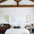 Casa rural con dormitorio en blanco