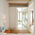 Dormitorio blanco con baño en suite