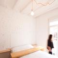 Dormitorio blanco con luz natural