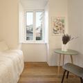 Dormitorio blanco con muebles de diseño