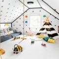 Dormitorio con amplia zona de juegos