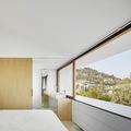 dormitorio con amplios ventanales